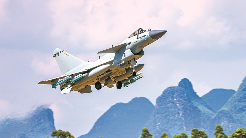 腾空而起!看南部战区空军歼-10战机训练