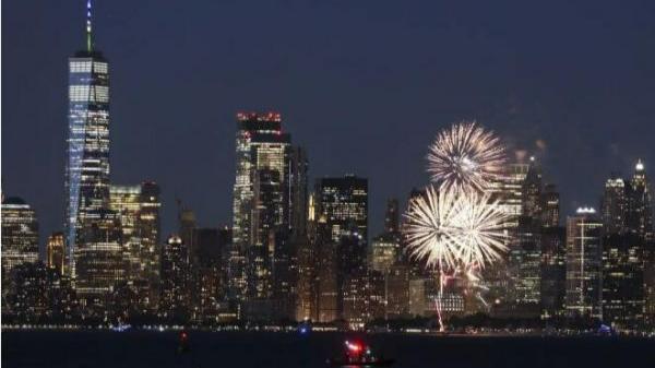当地时间6月15日晚,纽约州多地燃放焰火并将十余处地标建筑点亮蓝色和金色灯光,庆祝新冠疫苗接种达阶段目标。