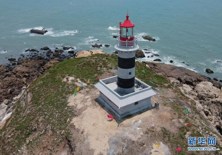 6月19日拍摄的赤鼎屿灯塔(无人机照片)。当日,地处我国沿海南北大通道、台湾海峡西侧内航路关键转向点的赤鼎屿灯塔正式投入使用。灯塔位于福建泉州海域,塔高18.9米,灯高35.07米,采用绿色能源供电,灯光射程达到15海里以上,配装雷达应答器等现代化导助航设备,能满足进出泉州湾的各类船舶导助航需求。新华社记者 魏培全 摄