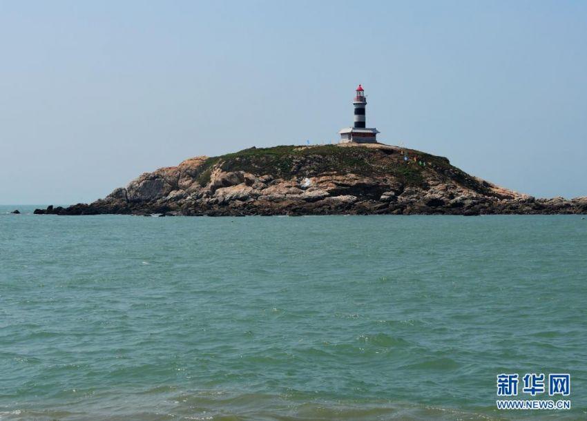 6月19日拍摄的赤鼎屿灯塔全貌。当日,地处我国沿海南北大通道、台湾海峡西侧内航路关键转向点的赤鼎屿灯塔正式投入使用。灯塔位于福建泉州海域,塔高18.9米,灯高35.07米,采用绿色能源供电,灯光射程达到15海里以上,配装雷达应答器等现代化导助航设备,能满足进出泉州湾的各类船舶导助航需求。新华社记者 魏培全 摄8