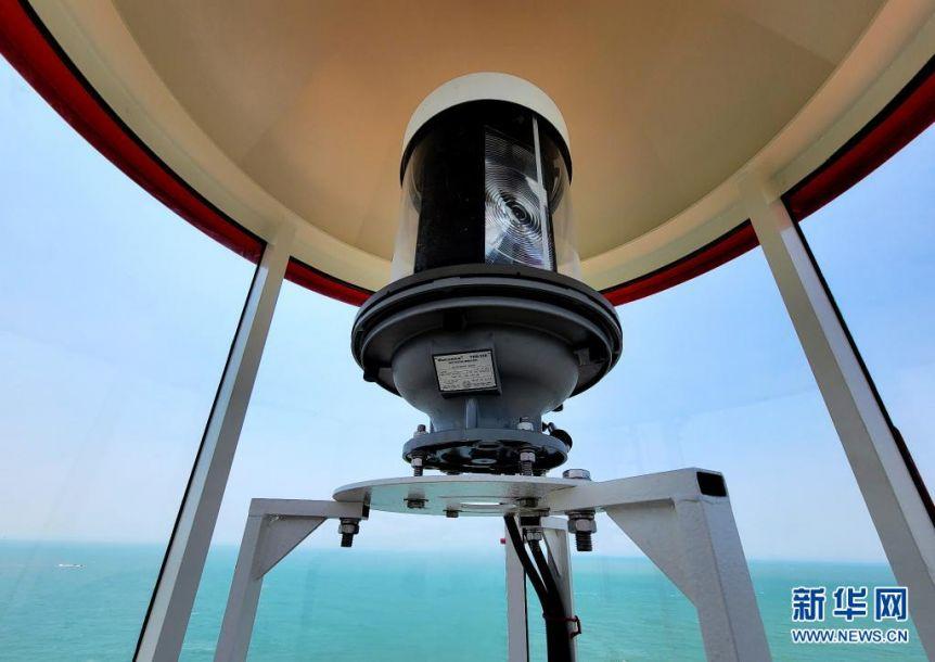6月19日拍摄的赤鼎屿灯塔里采用绿色能源供电的灯具(手机照片)。当日,地处我国沿海南北大通道、台湾海峡西侧内航路关键转向点的赤鼎屿灯塔正式投入使用。灯塔位于福建泉州海域,塔高18.9米,灯高35.07米,采用绿色能源供电,灯光射程达到15海里以上,配装雷达应答器等现代化导助航设备,能满足进出泉州湾的各类船舶导助航需求。新华社记者 魏培全 摄