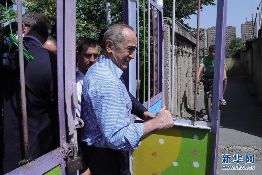 6月20日,亚美尼亚前总统科恰良前往埃里温一家投票站参加议会选举投票。亚美尼亚20日提前举行议会选举,共有25个政党及政党联盟参加。新华社发(格扎拉扬摄)