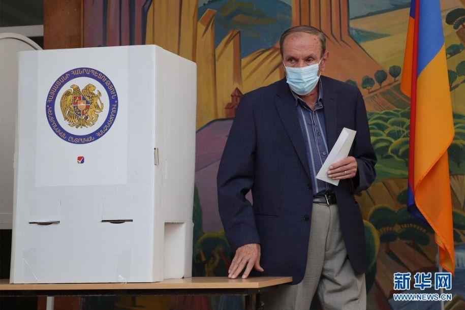 6月20日,亚美尼亚前总统列翁·捷尔-彼得罗相在埃里温一家投票站参加议会选举投票。亚美尼亚20日提前举行议会选举,共有25个政党及政党联盟参加。新华社发(格扎拉扬摄)