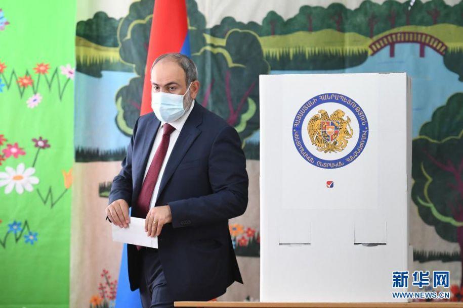6月20日,亚美尼亚看守政府总理帕希尼扬在埃里温一家投票站参加议会选举投票。亚美尼亚20日提前举行议会选举,共有25个政党及政党联盟参加。新华社发(格扎拉扬摄)2