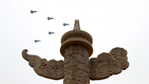 7月1日上午,庆祝中国共产党成立100周年大会在北京天安门广场隆重举行。这是大会开始前的飞行庆祝表演。新华社记者 殷刚 摄