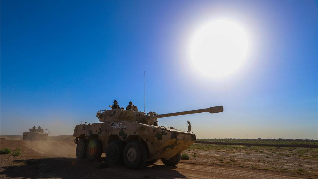 大漠演练!看77集团军装甲兵某旅练越野推进