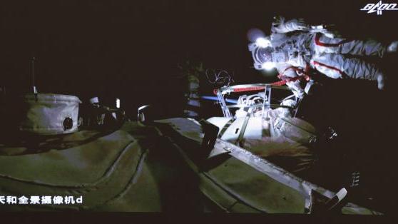 外媒:中国航天员完美出舱令人兴奋