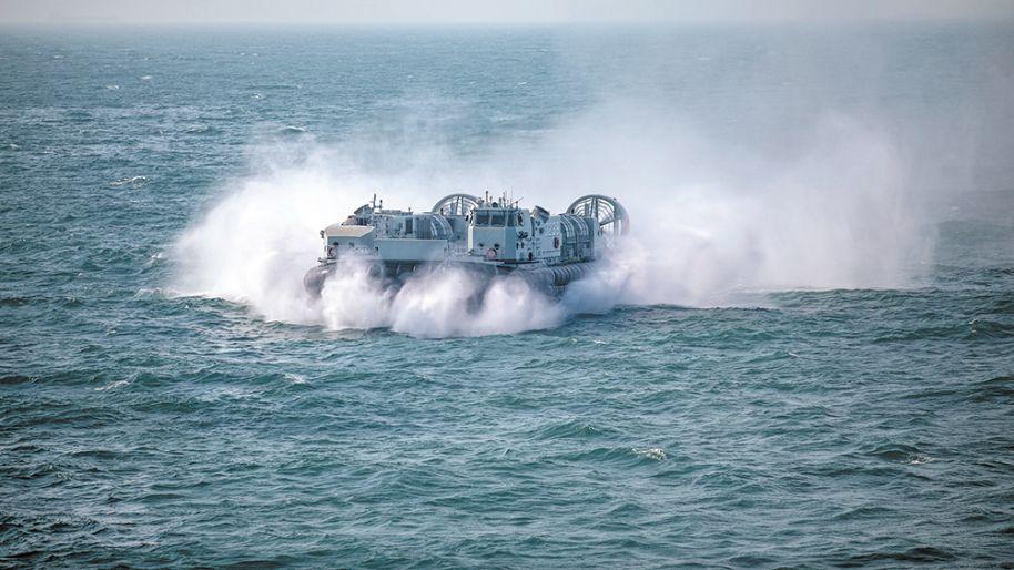 海上疾驰!看东部战区海军气垫登陆艇航行训练