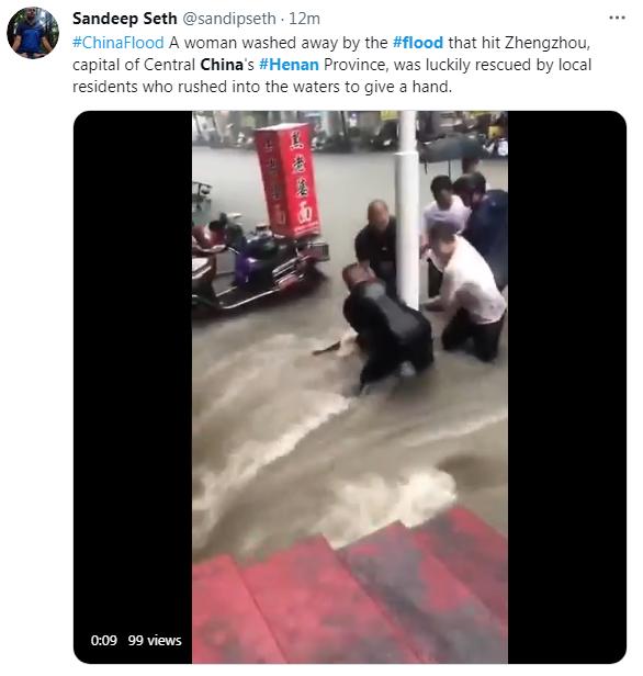一位女性幸运地被众人从洪水中救援出来