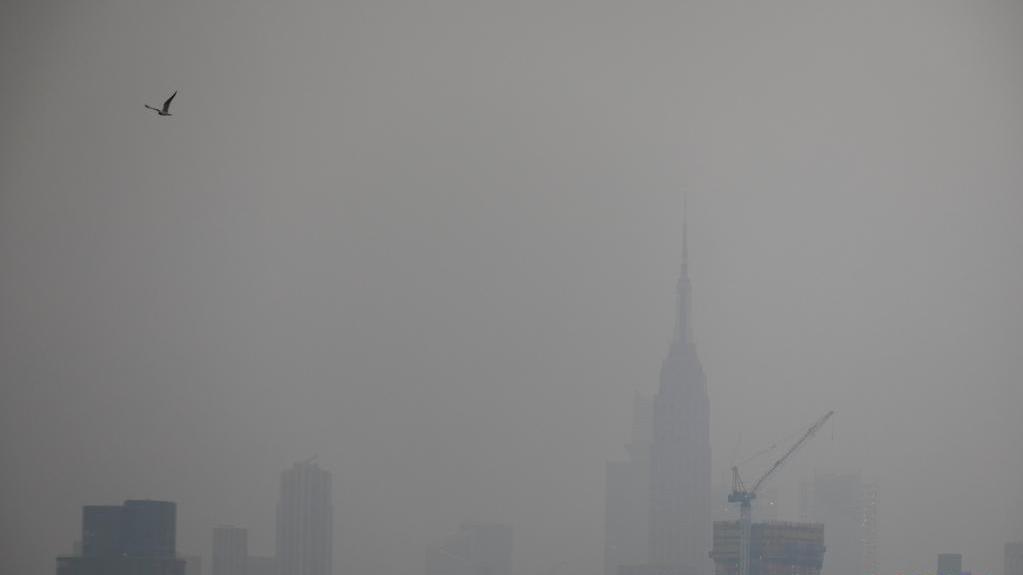 美国西部山火烟尘引发纽约雾霾天气