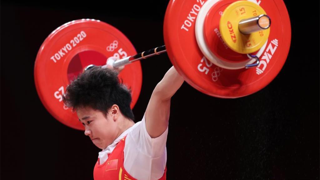 中国选手侯志慧夺得女子举重49公斤级冠军