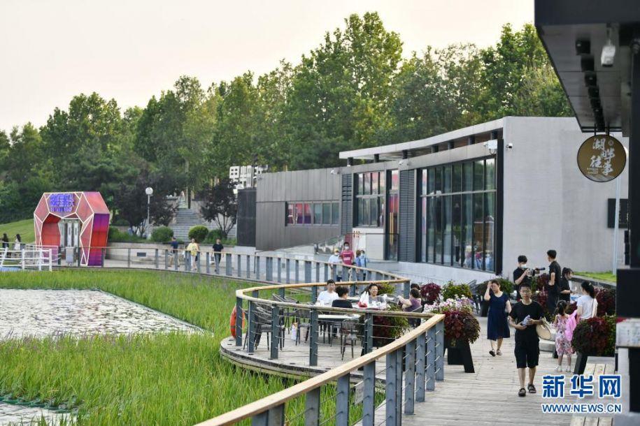 7月26日,游客在唐山南湖公园内休闲。新华社记者 牟宇 摄