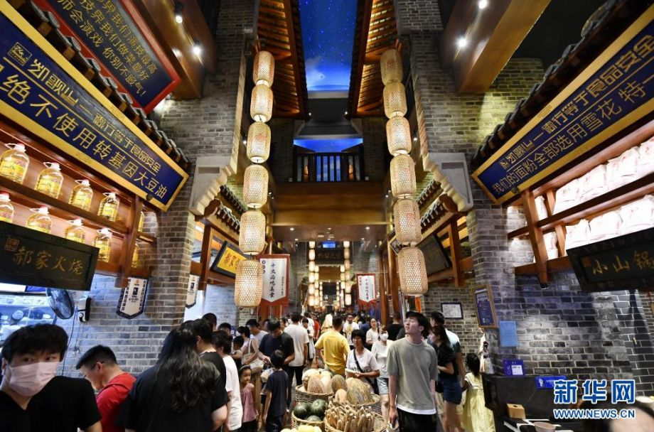 7月26日,游客在唐山饮食文化博物馆内游玩。新华社记者 牟宇 摄