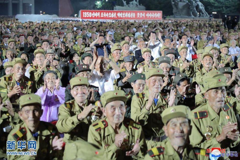 这张朝中社7月28日提供的图片显示的是27日在平壤举行的朝鲜第七次全国参战老兵大会现场。据朝中社28日报道,朝鲜第七次全国参战老兵大会27日在平壤举行,朝鲜劳动党总书记金正恩在致辞中高度赞扬了参战老兵在20世纪50年代为保卫和建设祖国所做出的不朽贡献。新华社/朝中社