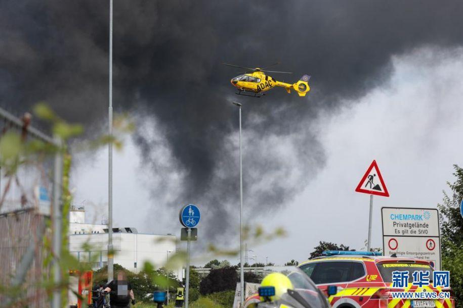 7月27日,一架直升机在德国西部城市莱沃库森发生爆炸的化工园区附近执行任务。当日,莱沃库森的化工园区发生爆炸事故,目前已致16人受伤,其中4人重伤,另有5人失踪。新华社发(蒂姆·厄尔伯曼摄)8