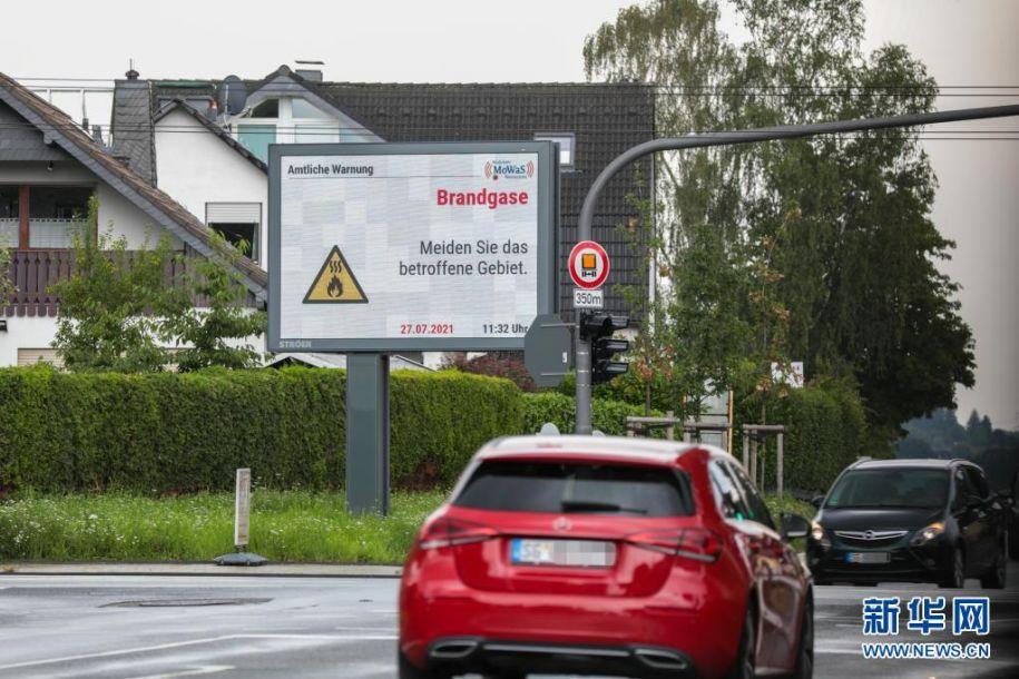 7月27日,在德国西部城市莱沃库森,一块街头信息屏警示人们留意火灾烟雾并避免前往爆炸事故区域。当日,莱沃库森的化工园区发生爆炸事故,目前已致16人受伤,其中4人重伤,另有5人失踪。新华社发(蒂姆·厄尔伯曼摄)