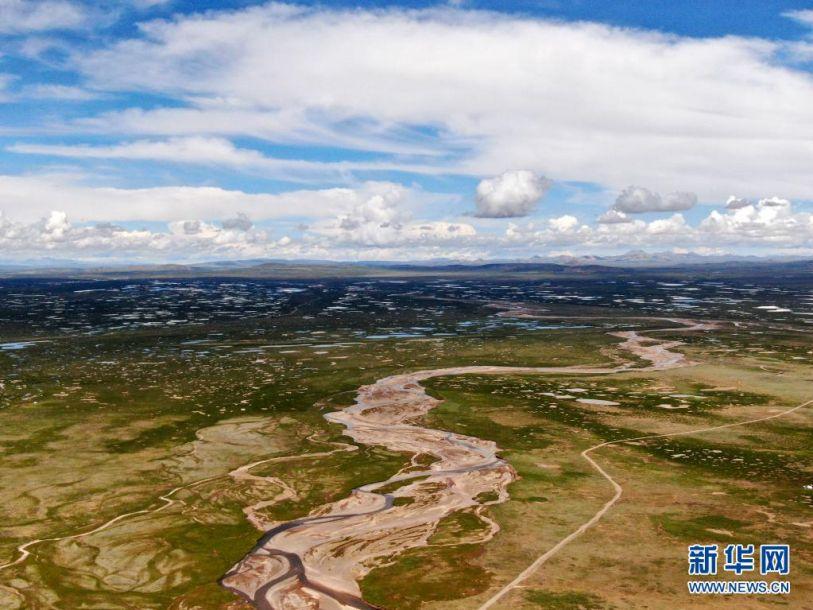 这是7月23日拍摄的长江南源当曲(无人机照片)。近日,记者跟随2021年长江源综合科考的科考队员,探访了位于青藏高原腹地昆仑山脉和唐古拉山脉之间的长江源地区。长江源地区地貌多样,风景壮美。新华社记者 张龙 摄