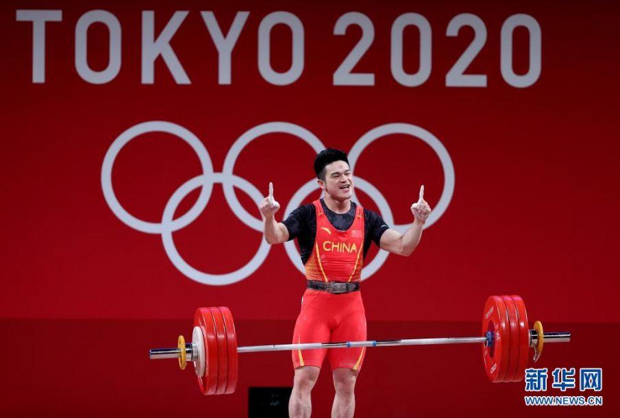7月28日,中国选手石智勇在比赛中。当日,在东京奥运会举重男子73公斤级决赛中,中国选手石智勇夺冠。新华社记者 杨磊 摄