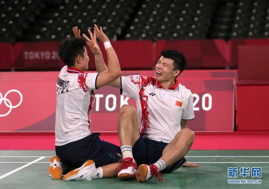 7月30日,王懿律/黄东萍(左)庆祝夺冠。新华社记者 李一博 摄