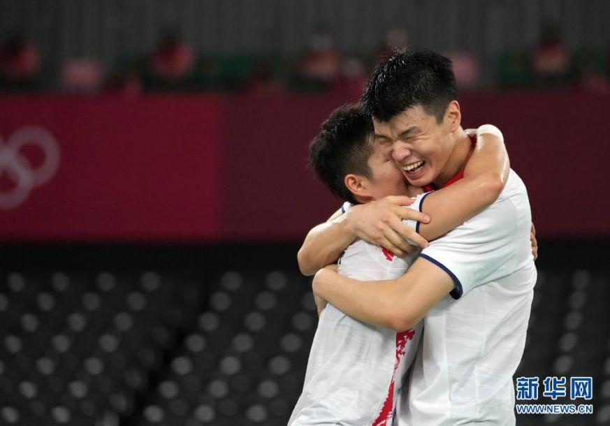7月30日,王懿律 黄东萍(左)庆祝夺冠。新华社记者 李一博 摄