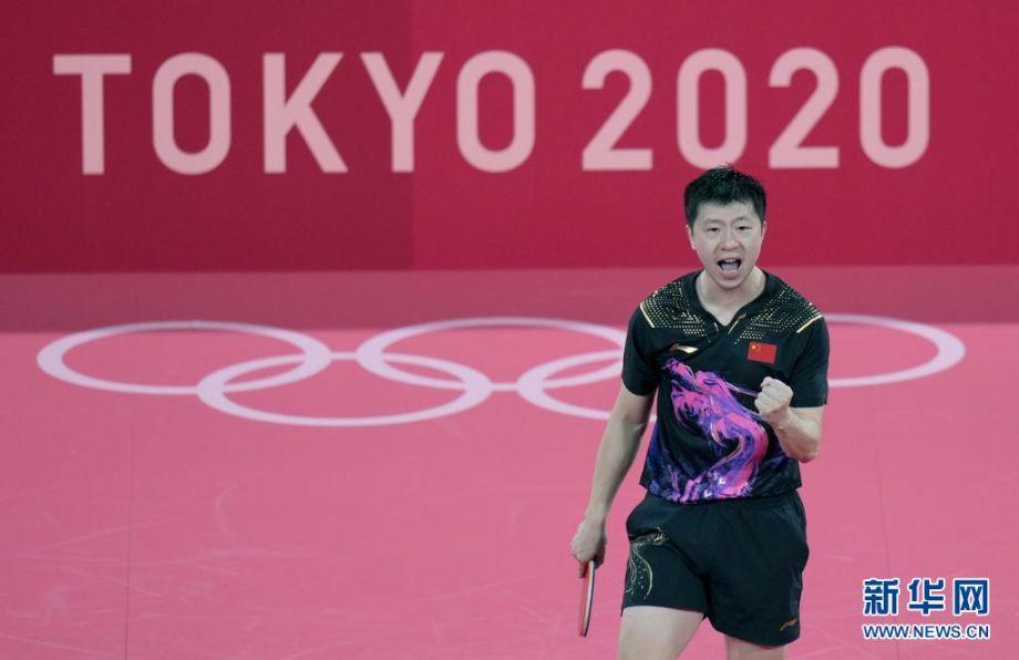 7月30日,马龙在比赛中庆祝得分。当日,在东京奥运会乒乓球男子单打决赛中,中国选手马龙战胜队友樊振东,夺得冠军。新华社记者 王毓国 摄