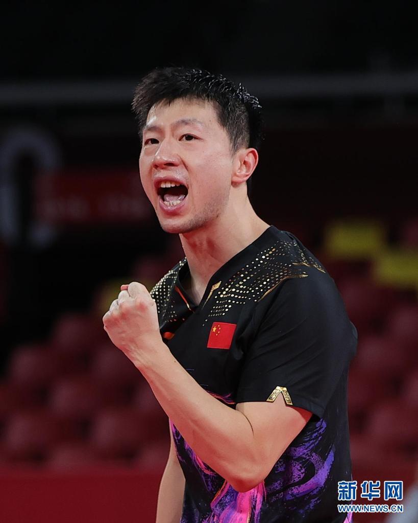 7月30日,马龙在比赛中庆祝得分。当日,在东京奥运会乒乓球男子单打决赛中,中国选手马龙战胜队友樊振东,夺得冠军。新华社记者 王东震 摄