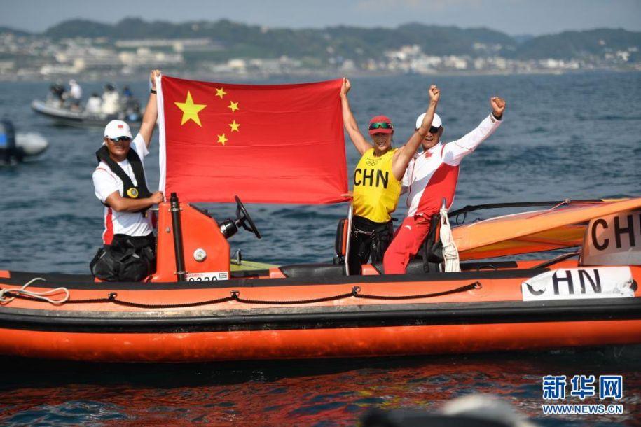 7月31日,中国选手卢云秀(右二)在赛后庆祝。当日,在东京奥运会女子帆板RS:X级比赛中,中国选手卢云秀获得冠军。新华社记者 黄宗治 摄5