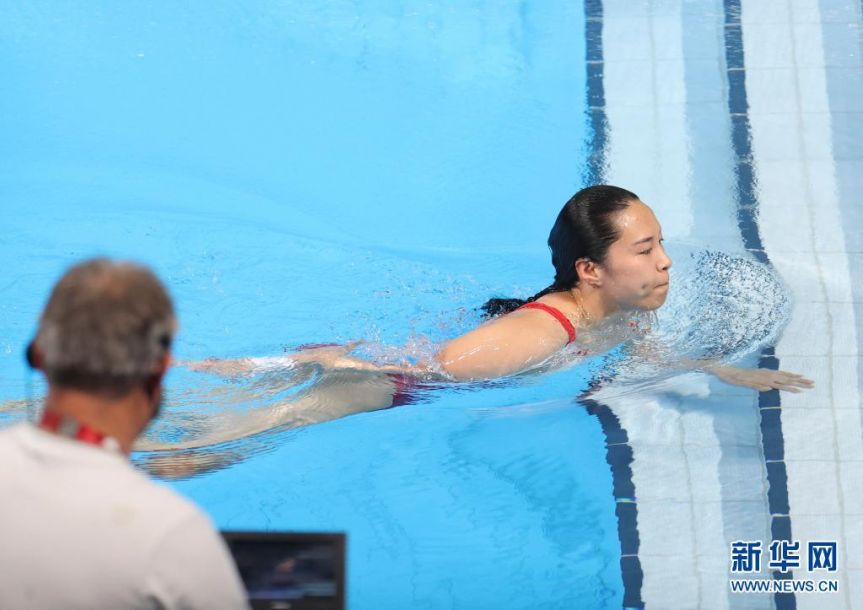 8月1日,中国选手王涵(右)在比赛中。当日,东京奥运会跳水项目女子三米板决赛举行,中国选手施廷懋夺得冠军,王涵获得亚军。新华社记者 丁旭 摄