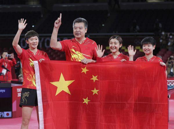 8月5日,中国队教练李隼(左二)和选手陈梦(右二)、孙颖莎(右一)、王曼昱庆祝胜利。(新华社)
