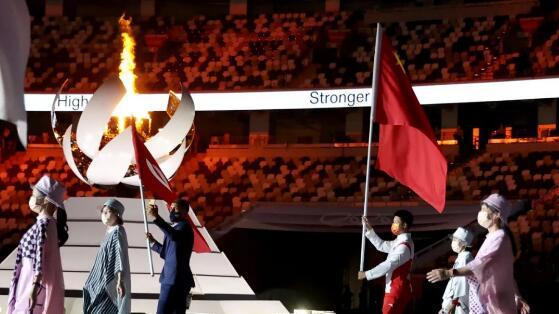8月8日,第32届夏季奥林匹克运动会闭幕式在日本东京举行。这是中国代表团旗手苏炳添进入体育场。(新华社)
