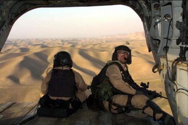 2001年11月15日,美国陆军特种部队士兵乘坐直升机进入阿富汗。(人民视觉)