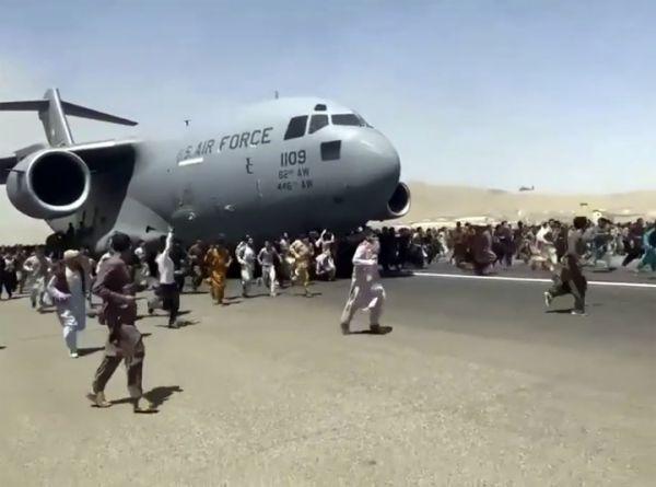 8月16日,在阿富汗喀布尔机场,民众追逐攀爬一架美军运输机。新华社/美联