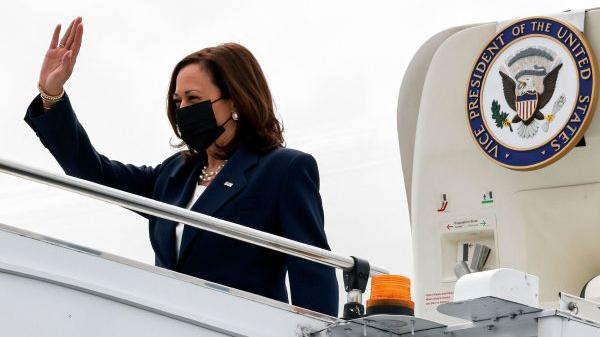 当地时间8月22日,美国副总统卡玛拉·哈里斯访问新加坡,抵达机场挥手致意。(人民视觉)