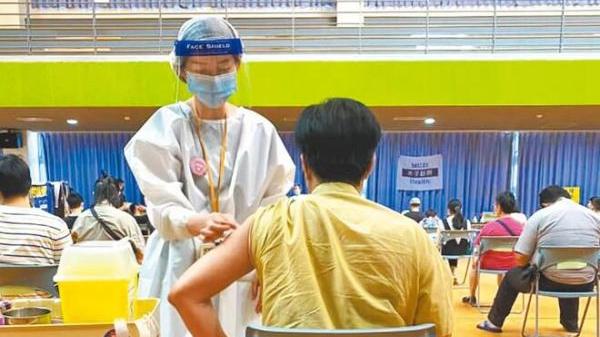 """陆之骏接种""""高端疫苗""""(图片源自陆之骏脸书)"""