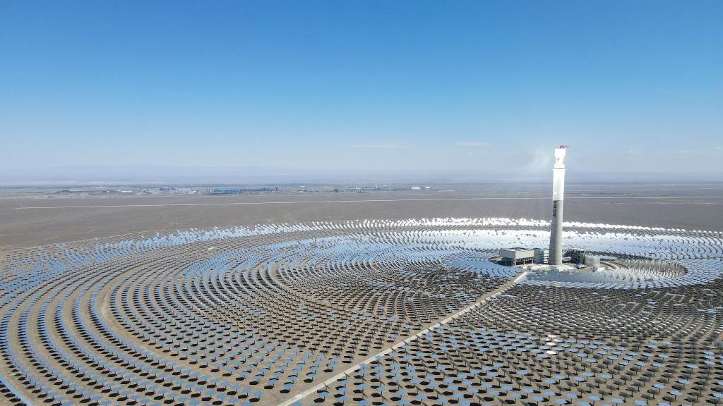 新华全媒+丨用镜子发电 新疆首座光热发电站零排放输出清洁能源