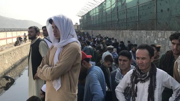 逃离希望在消逝 西媒:喀布尔机场暴露丑陋人性