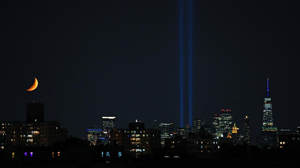 """光柱纪念""""9·11""""恐怖袭击事件二十周年"""