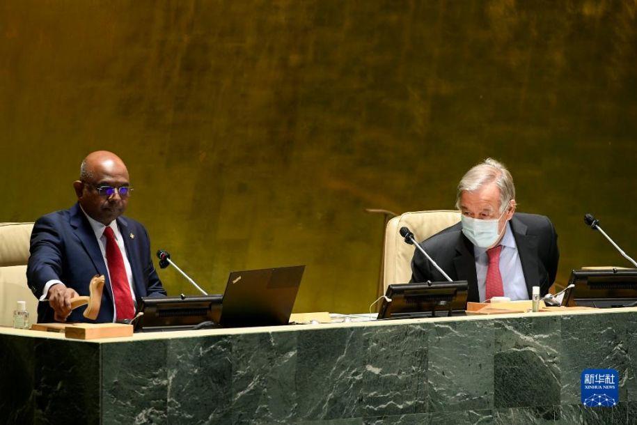 9月14日,在位于纽约的联合国总部,第76届联合国大会主席阿卜杜拉·沙希德(左)和联合国秘书长古特雷斯出席第76届联大第一次全会。第76届联合国大会14日在纽约联合国总部开幕。新华社发(联合国供图/埃万·施奈德摄)