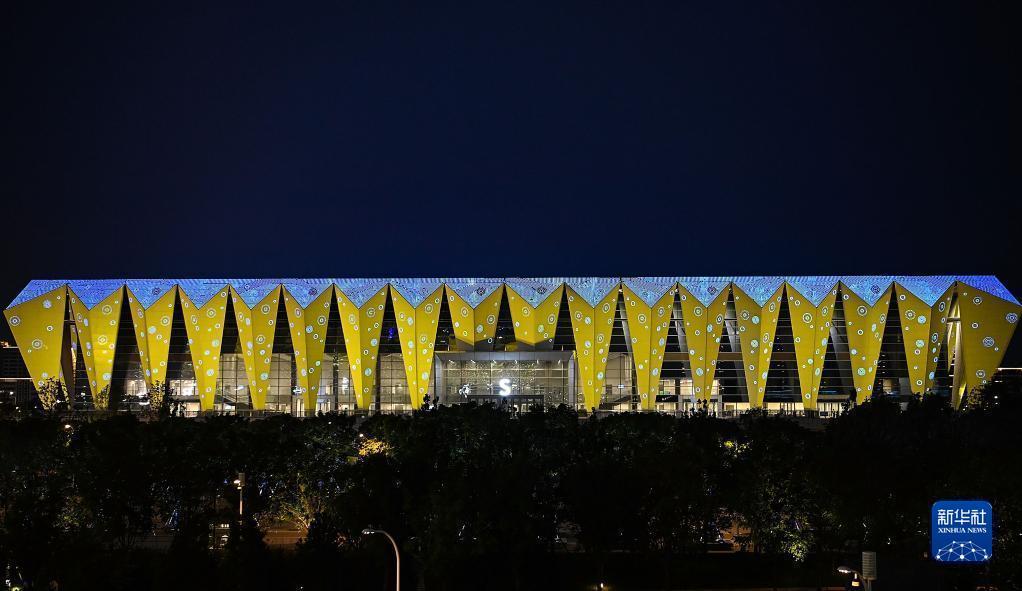这是9月15日拍摄的开幕式前的西安奥体中心游泳跳水馆外景。当日,第十四届全国运动会开幕式在西安奥体中心体育场举行。新华社记者 王曦 摄