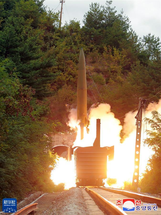 这张朝中社9月16日提供的图片显示的是朝鲜军方15日举行的铁路机动导弹试射现场。 据朝中社16日报道,朝鲜军方15日成功试射铁路机动导弹,精准打击了设在东部海域800公里水域的目标。新华社 朝中社