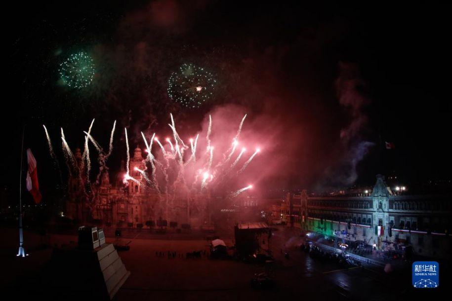 这是9月15日晚在墨西哥首都墨西哥城拍摄的庆祝独立日的烟花表演。当日,墨西哥举行独立日庆祝活动。新华社发(弗朗西斯科·卡涅多 摄)