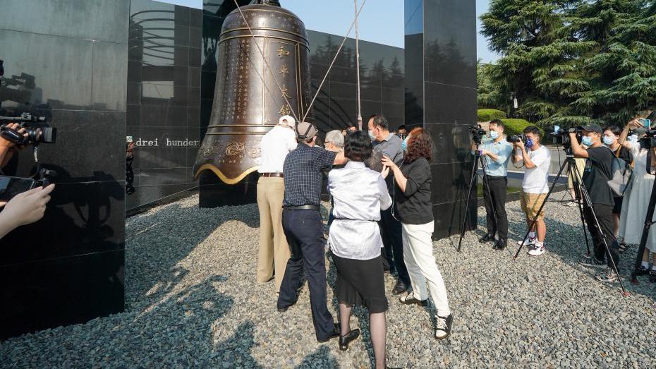 侵华日军南京大屠杀遇难同胞纪念馆举行撞响和平大钟仪式