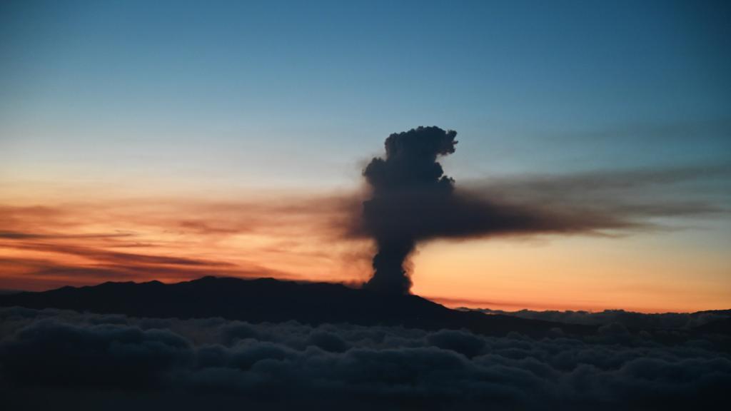 西班牙拉帕尔马岛火山喷发5000多人被疏散