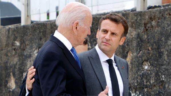 当地时间2021年6月11日,英国康沃尔卡比斯湾,七国集团峰会上,美国总统拜登(左)和法国总统马克龙发表讲话。(人民视觉)