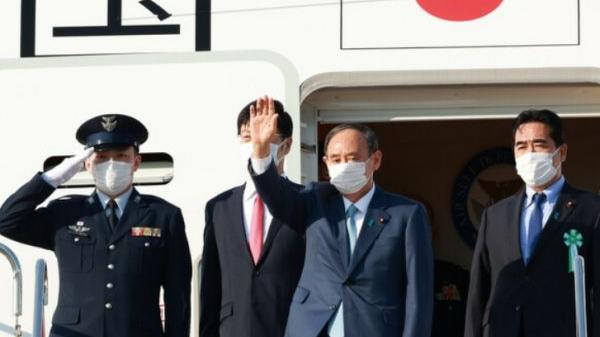 23日下午,菅义伟(右二)乘坐政府专机赴美作最后外访。(时事社)