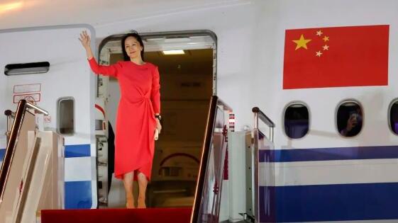 9月25日晚,孟晚舟女士乘坐中国政府包机抵达深圳宝安国际机场。(新华社记者 金立旺 摄)