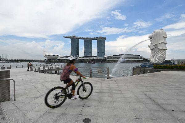 """港媒报道:新加坡""""与新冠共处""""战略遭考验"""