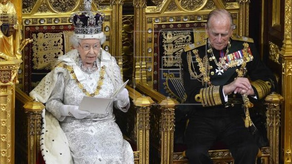 95岁英国女王拄拐亮相引关注