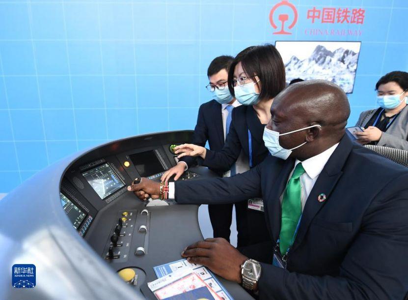 """10月14日,在北京国家会议中心,嘉宾体验中国高铁""""复兴号""""模拟驾驶。第二届联合国全球可持续交通大会于10月14日至16日以线上线下相结合方式在北京举行。新华社记者 李贺 摄"""