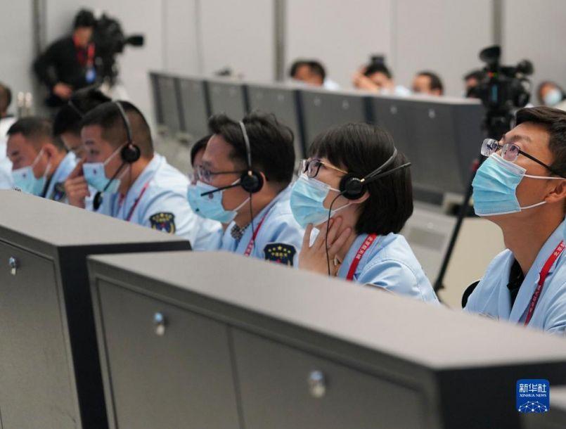 10月16日,在北京航天飞行控制中心,航天科研人员在监测神舟十三号载人飞船与天和核心舱自主快速交会对接情况。新华社记者 田定宇 摄